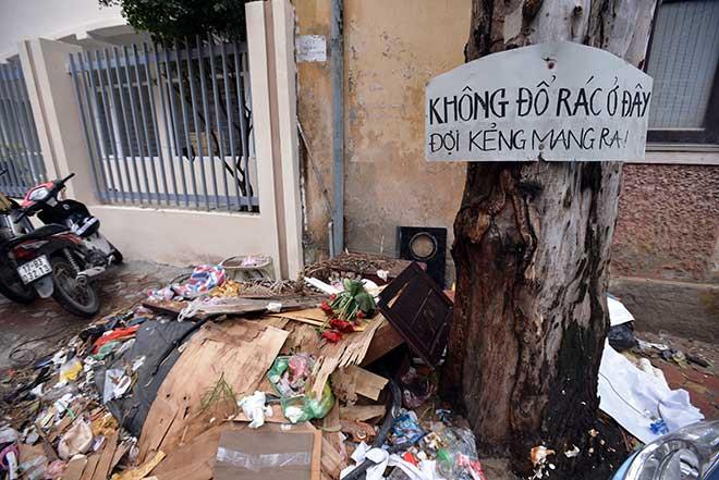 """""""Khủng hoảng"""" rác thải, phố Thủ đô ngập chìm trong… rác       - 10"""
