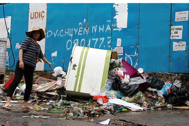 """""""Khủng hoảng"""" rác thải, phố Thủ đô ngập chìm trong… rác       - 7"""
