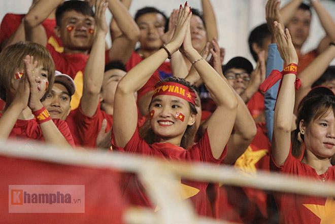 Vượt 800 km, người đẹp không hài lòng về U23 Việt Nam - 1