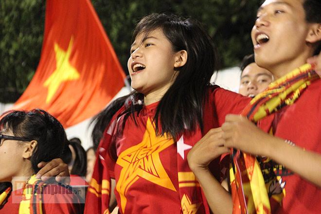 Vượt 800 km, người đẹp không hài lòng về U23 Việt Nam - 3