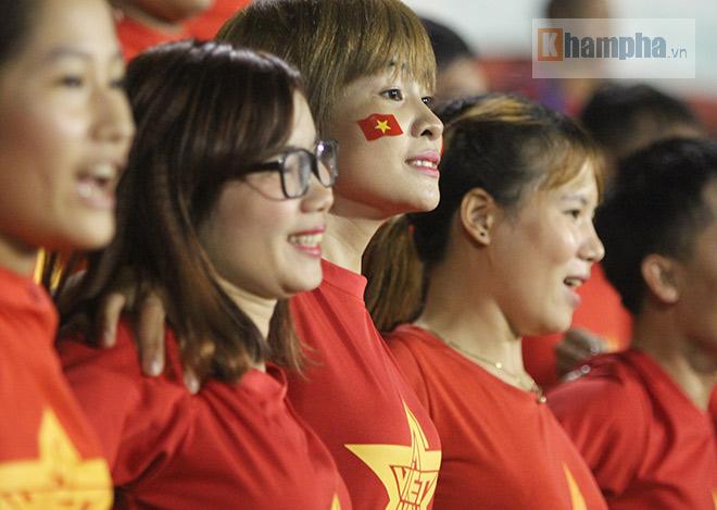 Vượt 800 km, người đẹp không hài lòng về U23 Việt Nam - 5