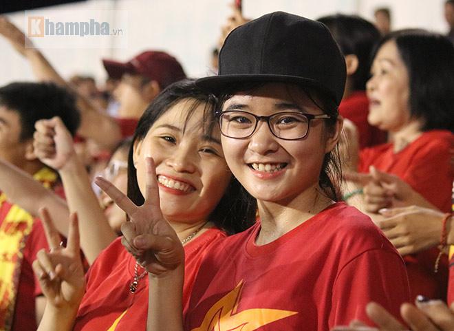 Vượt 800 km, người đẹp không hài lòng về U23 Việt Nam - 6