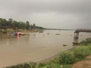 Cầu Sông Hoàng đổ sập, một phụ nữ rơi xuống sông