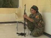 Nữ nô lệ tình dục cầm súng thề trả thù khủng bố IS