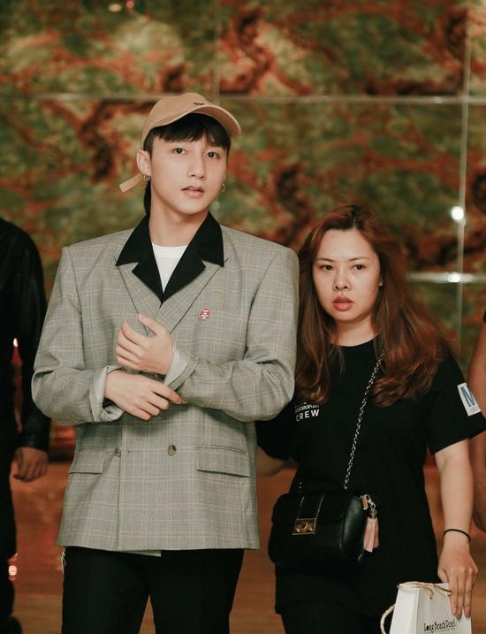 Fan nhí khóc nức nở vì không được chụp ảnh cùng Sơn Tùng - 1