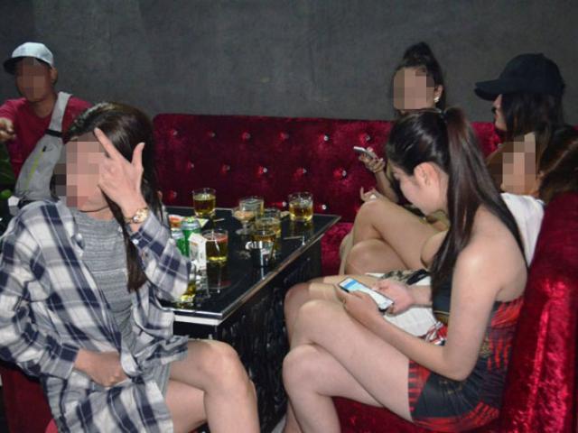 """Đột nhập """"động chơi"""", phát hiện hơn 80 nam nữ thanh niên đang """"xõa"""""""
