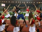 """Thể thao - """"Tia chớp"""" Bolt gặt vàng, ăn mừng cuồng nhiệt với dàn mỹ nữ"""