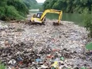 Clip máy xúc xả hàng chục tấn rác xuống suối ở Hà Giang