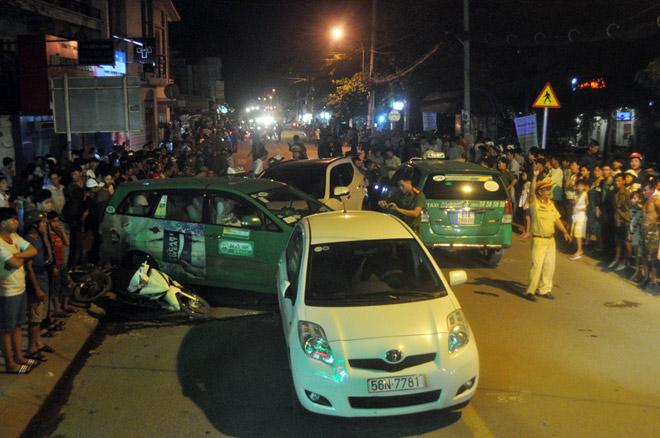 Hiện trường tai nạn kinh hoàng 13 ô tô, xe máy đâm nhau ở SG - 4