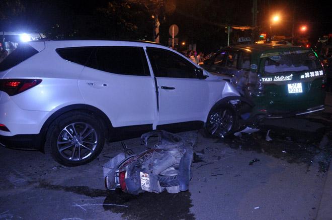 Hiện trường tai nạn kinh hoàng 13 ô tô, xe máy đâm nhau ở SG - 14