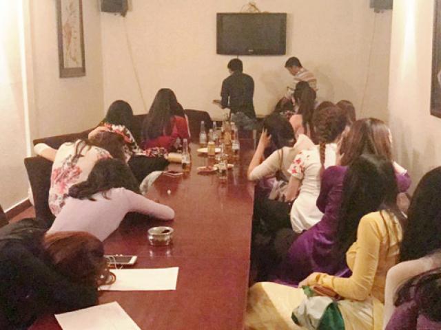 Hàng chục nam nữ đang lắc lư điên cuồng khi cảnh sát ập vào quán bar - 3