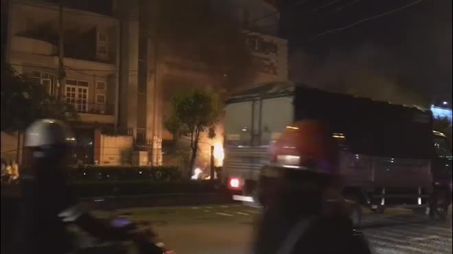 Clip: Ô tô bốc cháy dữ dội trên phố SG, tài xế nhảy khỏi xe cầu cứu