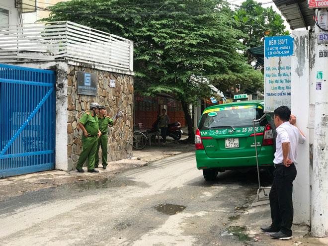 """Tài xế ô tô rút """"hàng nóng"""" dọa bắn người lái taxi"""