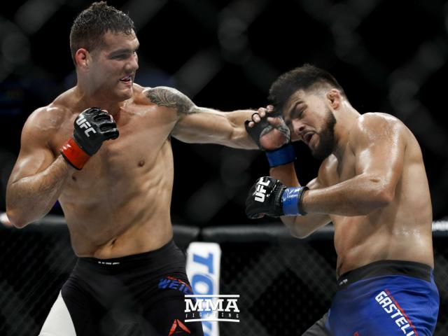 """UFC: 1 đá đối thủ đã """"hít oxy"""", """"Bố già"""" liền đưa lên mây - 1"""