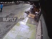 Ấn Độ: Đang đi giữa đường, nữ MC bị cây cọ cướp mạng sống