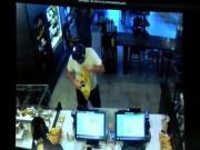 Phi thường - kỳ quặc - Mỹ: Cướp lao vào cửa hàng, bị khách phang ghế vào đầu