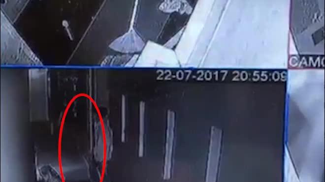 Clip: Hoảng hồn phát hiện kẻ trộm dưới gầm giường