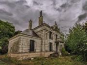Bên trong biệt thự bỏ hoang bán rẻ như cho ở Pháp