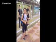 Thanh niên đeo vòi sen ra đường, vừa đi vừa phun cho mát