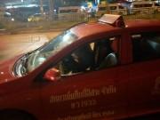 """Thái Lan: Cô gái bị đuổi khỏi taxi vì  """" mồm hôi """""""