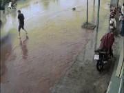Thanh niên VN tè bậy bị xe chạy qua hắt ngược lên người