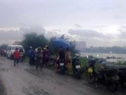 Tin tức trong ngày - Người dân đội mưa xem vớt thi thể nam giới trên sông