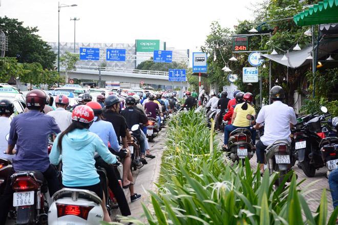 Đường Bạch Đằng hướng ra đường Trường Sơn giao thông cũng ùn ứ