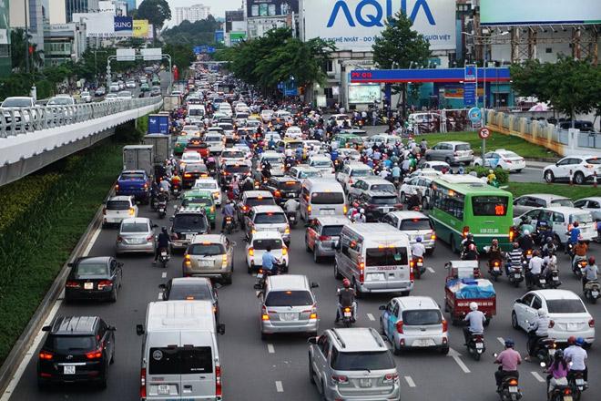 Trên đường Trường Sơn hướng từ ga quốc nội ra, các phương tiện xếp hàng dài cả km, di chuyển rất khó khăn.