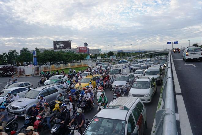 Các phương tiện chen chúc nhau di chuyển trên đường