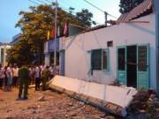Tin tức trong ngày - Sập mái hiên nhà, 3 người tử vong