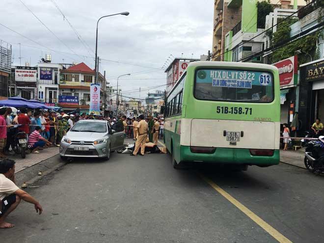 Cô gái chết tức tưởi dưới bánh xe buýt vì cánh cửa ô tô - 1
