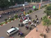 Tin tức trong ngày - Cãi vã sau va chạm, tài xế taxi tông đối phương gãy tay