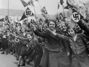 Hitler dùng đội quân nữ 10-18 tuổi, đẩy ra trận bắn người