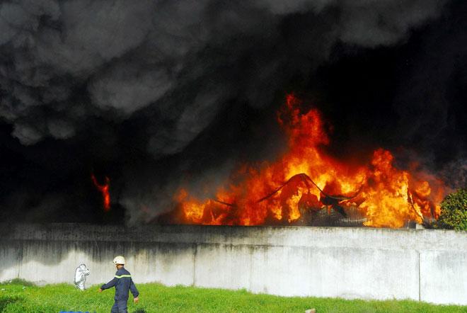 Hiện trường vụ cháy kinh hoàng ở SG, lửa đỏ rực bao trùm khu dân cư - 2
