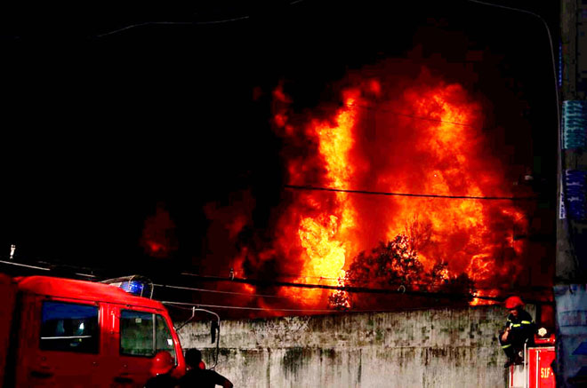 Hiện trường vụ cháy kinh hoàng ở SG, lửa đỏ rực bao trùm khu dân cư - 1