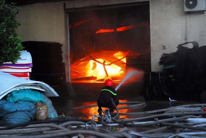 Hiện trường vụ cháy kinh hoàng ở SG, lửa đỏ rực bao trùm khu dân cư - 5