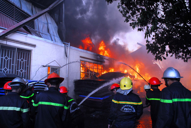 Hiện trường vụ cháy kinh hoàng ở SG, lửa đỏ rực bao trùm khu dân cư - 4
