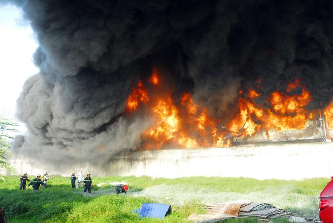 Hiện trường vụ cháy kinh hoàng ở SG, lửa đỏ rực bao trùm khu dân cư - 3