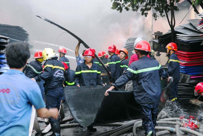 Hiện trường vụ cháy kinh hoàng ở SG, lửa đỏ rực bao trùm khu dân cư - 9