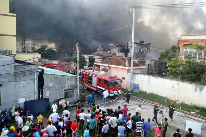 Hiện trường vụ cháy kinh hoàng ở SG, lửa đỏ rực bao trùm khu dân cư - 12