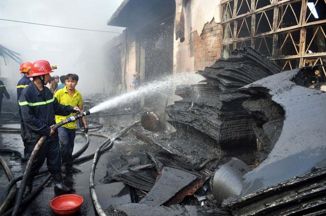 Hiện trường vụ cháy kinh hoàng ở SG, lửa đỏ rực bao trùm khu dân cư - 13