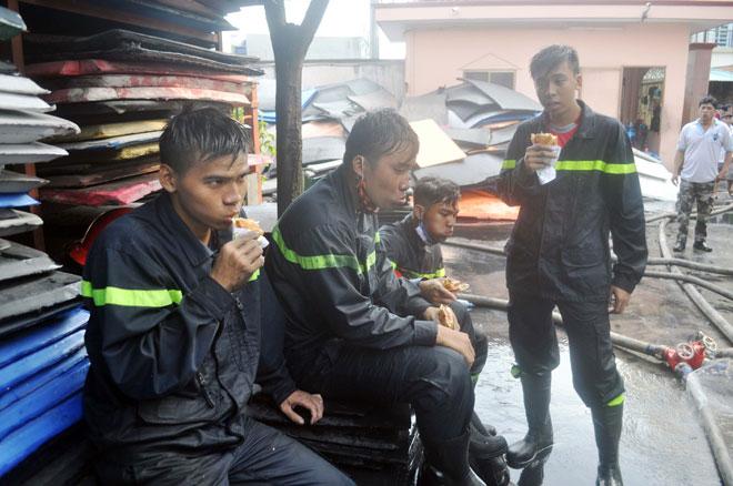 Hiện trường vụ cháy kinh hoàng ở SG, lửa đỏ rực bao trùm khu dân cư - 16