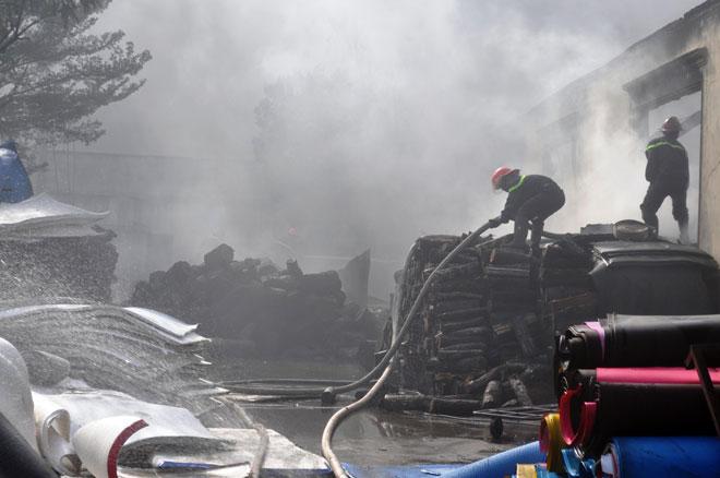 Hiện trường vụ cháy kinh hoàng ở SG, lửa đỏ rực bao trùm khu dân cư - 14