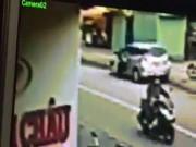 Tin tức trong ngày - Camera ghi lại cảnh tài xế ô tô mở cửa khiến cô gái chết tức tưởi