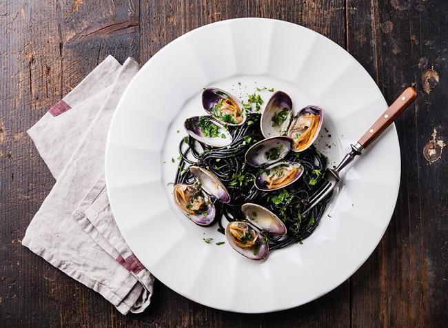 1. Sò rất giàu vitamin B12. Trong 1 nghiên cứu của trưởng Đại học Harvard, tỷ lệ quý ông mắc chứng rối loạn cương dương tăng cao có ảnh hưởng trực tiếp từ việc thiếu vitamin B12. Nguyên nhân là do vitamin B12 đóng vai trò quan trọng trong quá trình chuyển hóa tế bào và sản xuất máu. Vì vậy, hãy bổ sung 1 bát sò trong bữa tối để đạt được thể lực sung mãn nhất khi  yêu .