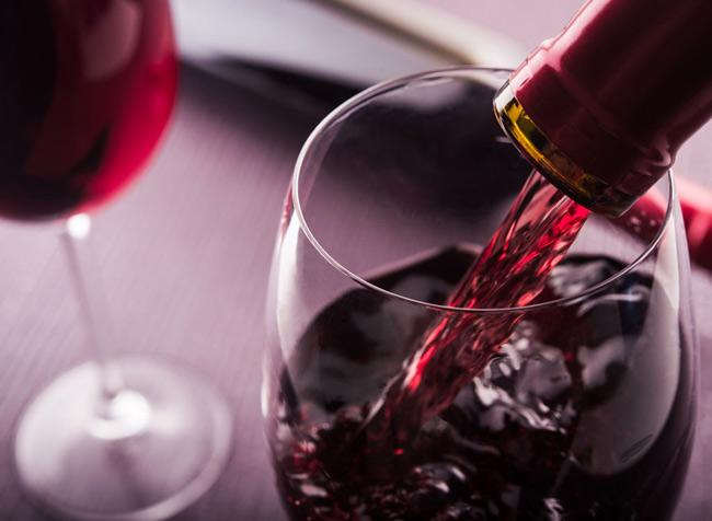 3. Rượu vang đỏ được chứng minh làm tăng ham muốn và khả năng dẻo dai ở phụ nữ. Tuy nhiên, chỉ nên thưởng thức 2 ly rượu vang nhỏ trước  cuộc yêu  để tận dụng tối đa những lợi ích mà chất flavonoid trong rượu vang mang lại.