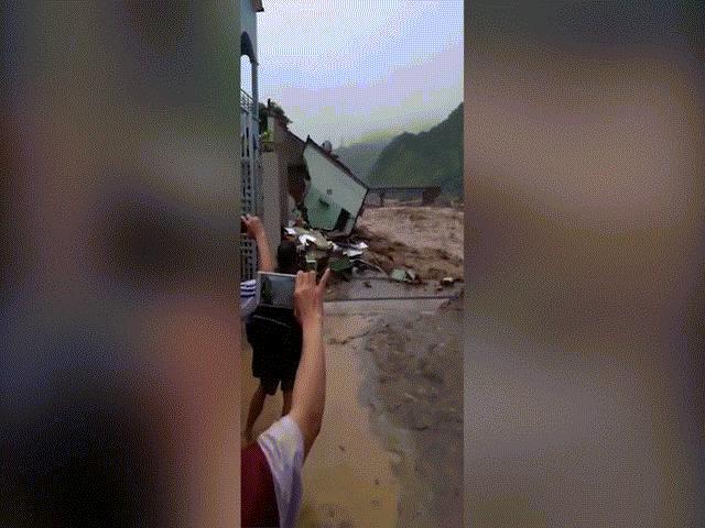 Clip: Lũ quét lớn nhất 70 năm qua, cuốn phăng nhiều nhà cao tầng ở Sơn La