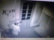 An ninh Xã hội - Vừa tỉnh dậy, cô gái hoảng hồn thấy trộm qua camera
