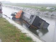 Tin tức trong ngày - Hai người tử vong dưới sông sau va chạm kinh hoàng với xe container