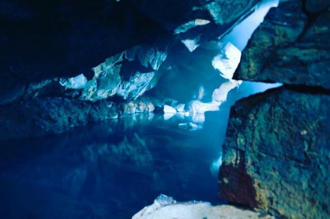 Vì người chồng Cy không tự tin trước ống kính máy ảnh nên anh thường chỉ chụp vợ hoặc phong cảnh. Đây là bức ảnh chụp  hang tình yêu  của hai nhân vật Jon Snow và Yygritte (trong Trò chơi vương quyền) ở Akureyri, Iceland.